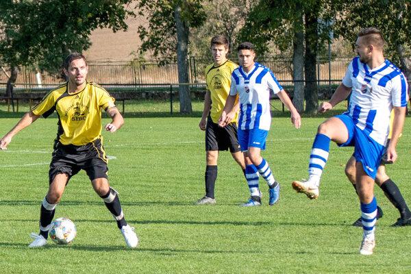 Futbalisti Podlužian pod vedením kapitána Miroslava Grausa (pri lopte) zažívajú úspešnú sezónu,  keď im patrí priebežné piate miesto ato len oskóre na tretiu Okoličnú.