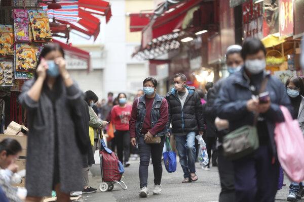 Obyvatelia Honkongu sa chránia pred koronavirusom rúškmai.