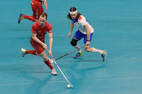 Pre M. Dudoviča (vpravo) bol záverečný zápas kvalifikačného turnaja v Poprade proti Švajčiarom špeciálny, keďže si zahral proti trom spoluhráčom z klubu.