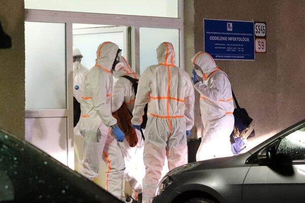 Dvoch slovenských občanov, u ktorých je podozrenie na koronavírus a boli evakuovaní z čínskeho Wu - Chanu, priviezli do Fakultnej nemocnici s poliklinikou F. D. Roosevelta v Banskej Bystrici, kde budú absolvovať karanténu.