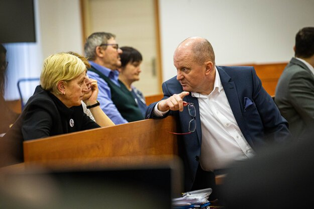 Matka zavraždenej Martiny Kušnírovej Zlatica sa rozpráva s advokátom rodiny Romanom Kvasnicom.