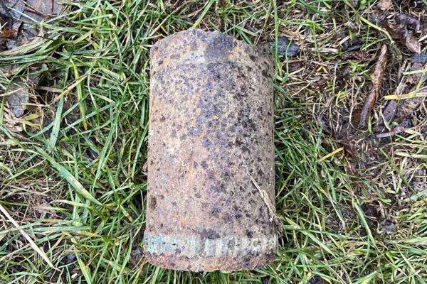 Pyrotechnik muníciu určil ako šrapnelový delostrelecký granát.