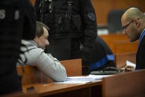 Obžalovaný Tomáš Szabó (vľavo) a jeho advokát Kamil Beresecký.