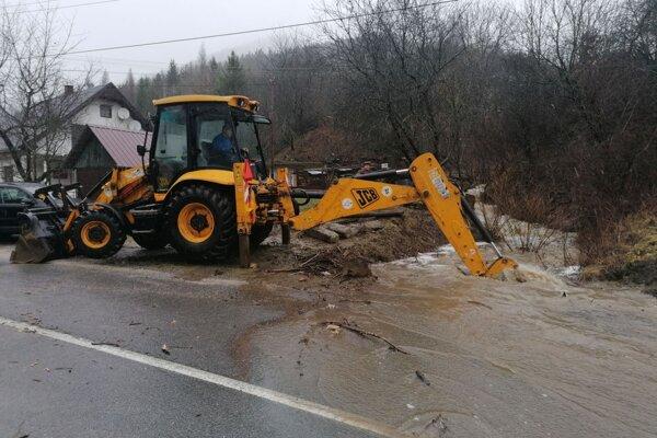 Mechanizmy sú na poškodenej ceste v plnej permanencii.