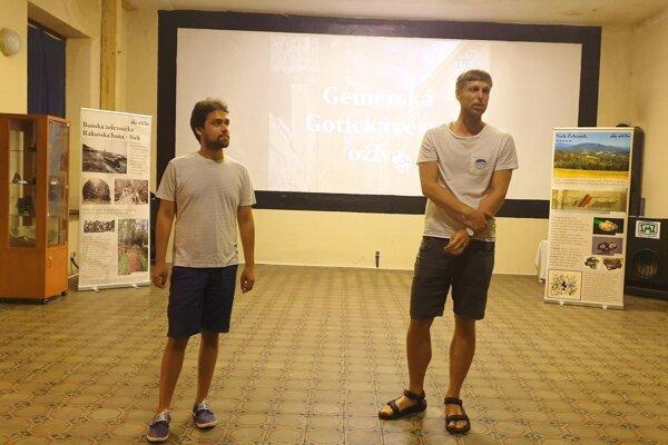 Členovia občianskeho združenia (OZ) Gotická cesta David Raška a Vladimír Ondrejovič počas prezentácie práce na podujatí Skryté poklady Železníka.