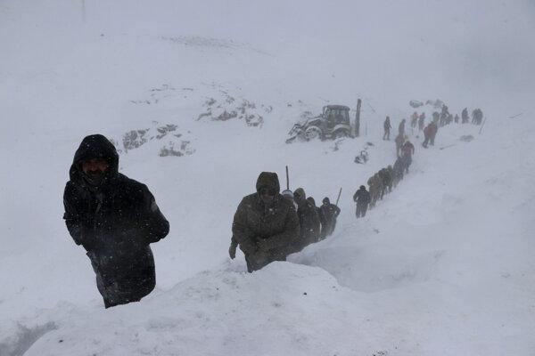 Záchranári zasahujú v snehu okolo prevrátených vozidiel po páde lavíny neďaleko mesta Bahcesehir, vo východnom Turecku 5. februára 2020.