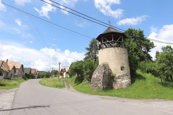 Stredoveká bašta zo 16. storočia je dominantou obce Žibritov.
