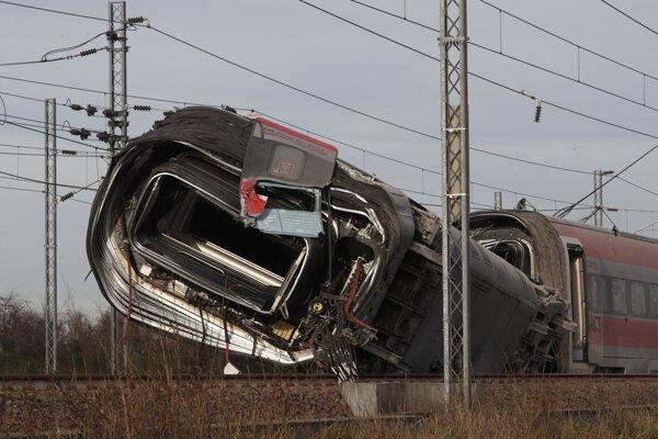 Vykoľajený rýchlovlak v Taliansku.