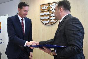 Predseda PSK Milan Majerský a riaditeľ Správy a údržby ciest (SÚC) PSK Marcel Horváth.