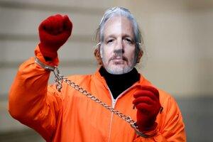 Demonštrant podporujúci Juliana Assangea na proteste v Londýne 23. januára 2020.