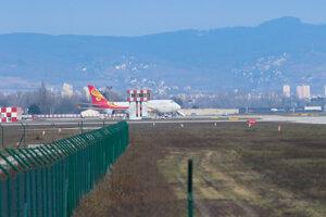 Čínske lietadlo, ktoré má vyzdvihnúť humanitárnu pomoc v súvislosti s koronavírusom, na Letisku Milana Rastislava Štefánika v Bratislave.