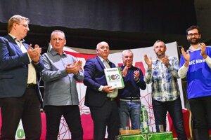 Krst futbalového almanachu - zľava Daniel Molnár, Štefan Košlab, Štefan Korman, Anatolij Demjanenko, Miroslav König a Marek Hattas.