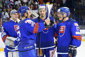Slovenskí hokejisti sa radujú z víťazstva na Kaufland Cupe. Zľava Andrej Košarišťan, Dominik Graňák, Branislav Rapáč a Marcel Haščák.