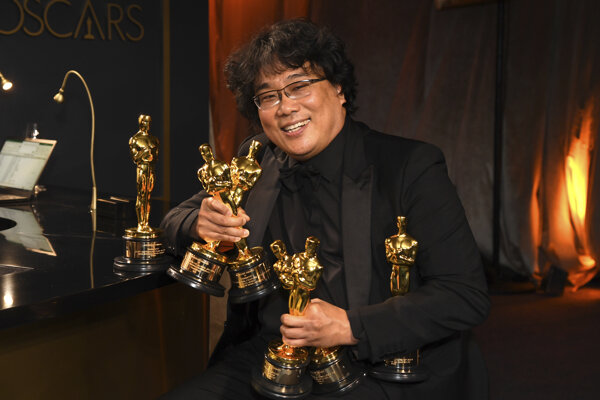 Jedným z dôvodov úspechu filmu Parazit je jeho režisér Bong Joon Ho. Na snímke drží sošky za najlepší pôvodný scenár, najlepší zahraničný film, najlepšiu réžiu a za najlepší film.