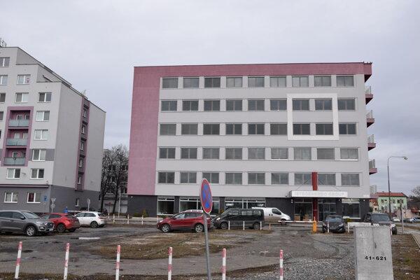 Hlavná budova klientskeho centra v Leviciach je na Rozmarínovej ulici. Kataster bude sídliť v susednej budove na Komenského ulici.