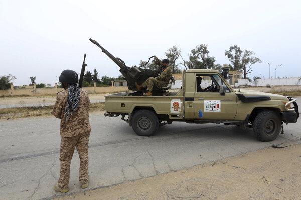 Príslušníci oficiálnej armády hliadkujú na predmestí Tripolisu.