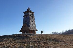 Na snímke rozhľadňa v sedle Zbojská nad Tisovcom v okrese Rimavská Sobota, ktorá je súčasťou trasy Náučného chodníka Jakuba Surovca.