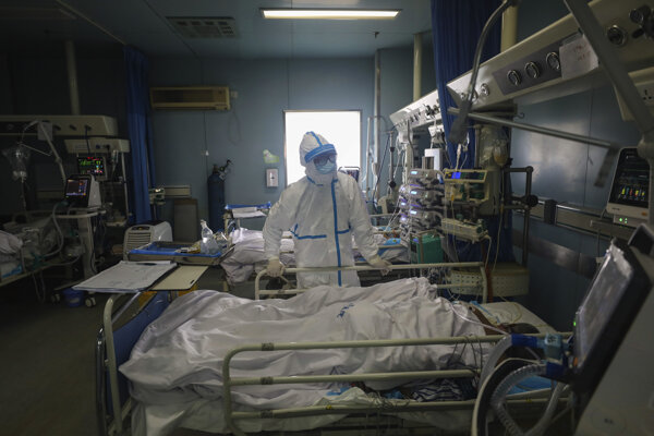 Lekár kontroluje pacienta v nemocnici Ťin-jin-tchan, ktorá je určená pre kritických pacientov s novým smrtiacim koronavírusom spôsobujúcim ochorenie COVID-19, 13. februára 2020 v čínskom Wu-chane.