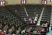 Poslanci vládnucej Právo a spravodlivosť v takmer prázdnej rokovacej sále poľského parlamentu 11. septembra 2019.