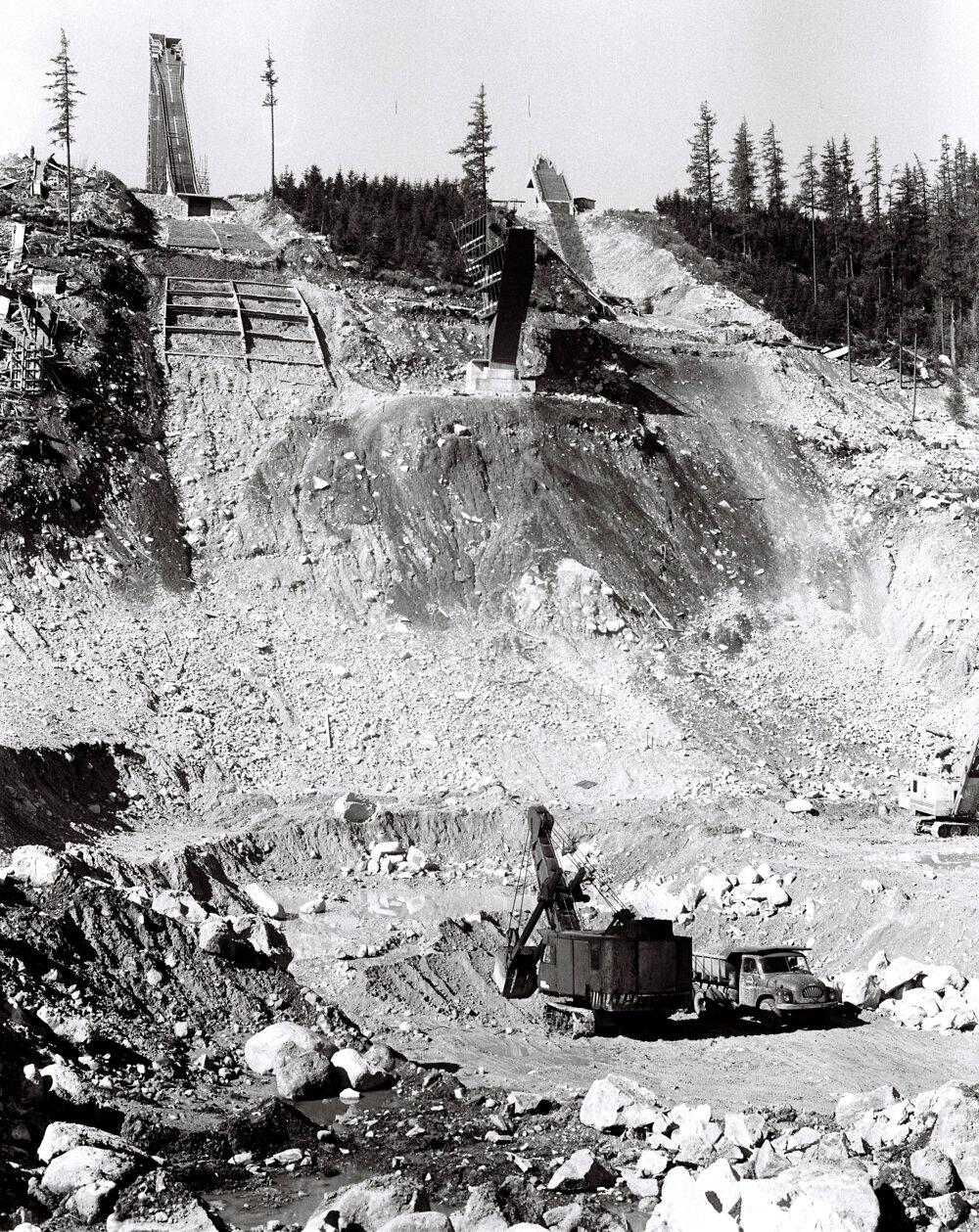 Pohľad na skokanské mostíky a rozostavaný Areál snov 15 mesiacov pred majstrovstvami sveta 1970 vo Vysokých Tatrách.