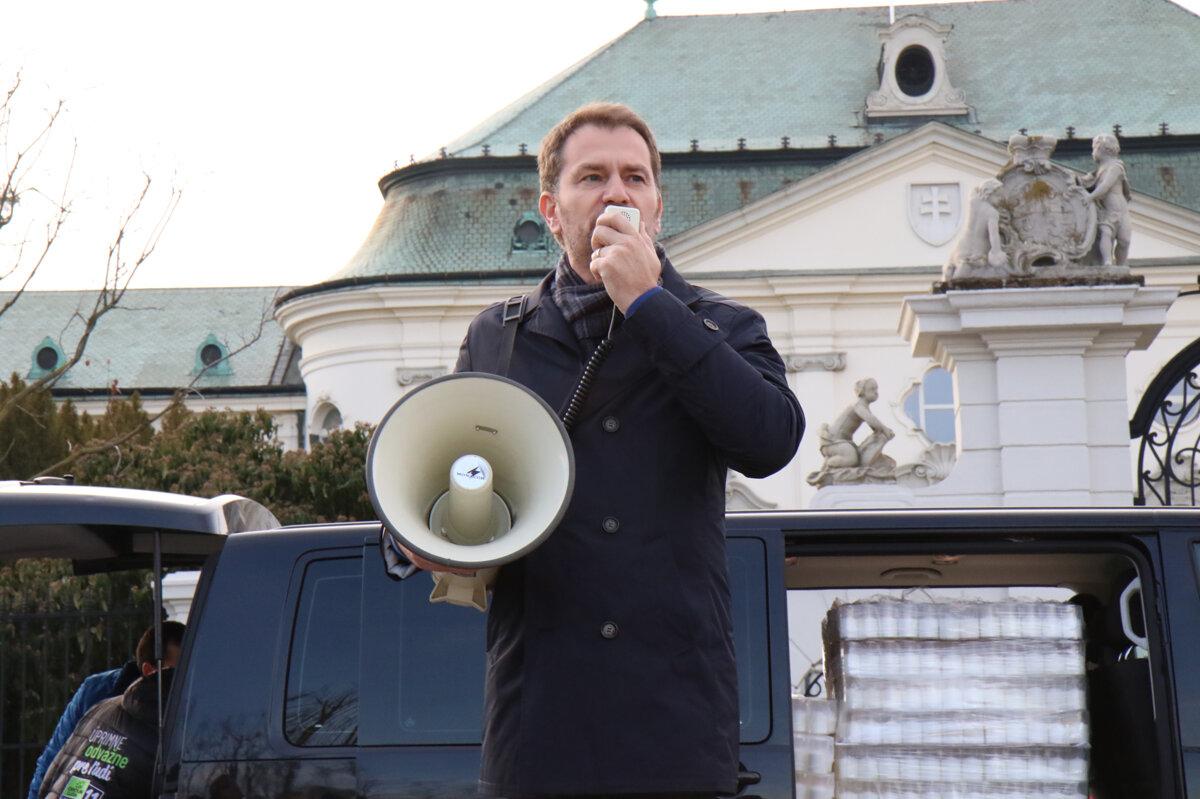Matovič priniesol pred Úrad vlády päťtisíc sviečok (Voľby 2020) - SME