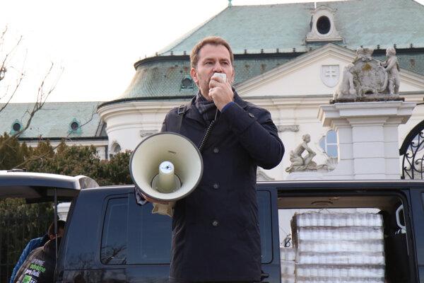 Predseda hnutia OĽANO Igor Matovič počas protestného zhromaždenia hnutia OĽANO s názvom Korupcia zabíja! v súvislosti so zdravotníctvom, na ktorom symbolicky vystavili vláde vysvedčenie pred Úradom vlády na Námestí slobody. Bratislava, 17. február 2020.