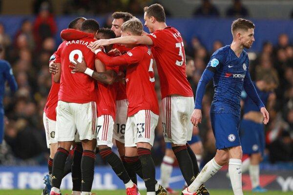 Radosť hráčov Manchester United na pôde Chelsea FC.