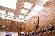Poslanci stoja počas slovenskej národnej hymny.