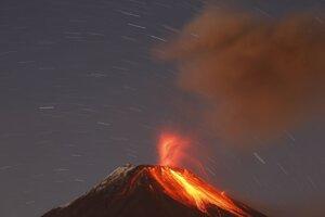 Ekvádorská sopka Tungurahua chŕli lávu, kamene a popol pri meste Baňos 31. augusta 2014.