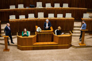 Šiesti poslanci pokračujú v okupácii rečníckeho pultu.