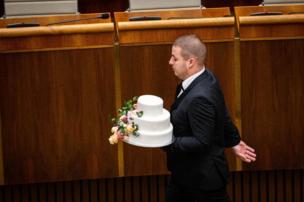 Poslanci odišli aj s tortou.