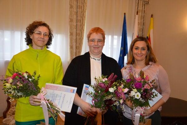 Ocenené plavčíčky - zľava Katka Šragová, Slávka Ďurčová, Natália Halocká.