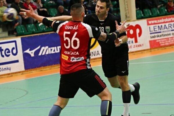 Dvaja skúsený borci proti sebe. Gabriela Vadkertiho (v čiernom) sa snaží brániť Peter Dudáš.