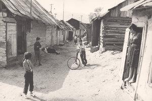 Rómska osada spred polstoročia – situácia sa prakticky nezmenila.