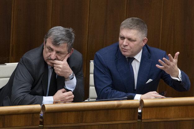 Poslanec Robert Fico (SMER) a poslanec Anton Hrnko (SNS) pred hlasovaním.