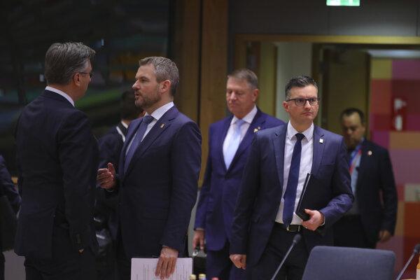 Chorvátsky premiér Andrej Plenkovič (vľavo) sa rozpráva s premiérom Petrom Pellegrinim.