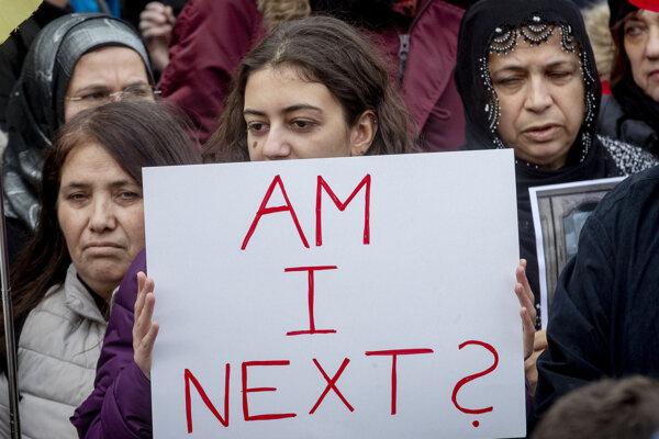 """Žena drží transparent s nápisom """"Som ďalšia?"""" na demonštrácii v Hanau."""