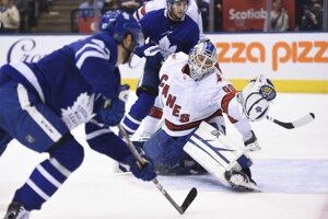 David Ayres (vpravo) a jeho zákrok v zápase Toronto Maple Leafs a Carolina Hurricanes.
