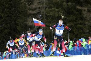 Johannes Thingnes Bö (vpravo) počas hromadných pretekov mužov na MS v biatlone 2020.
