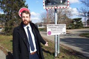 Martin Hodál pred parkoviskom, na ktorom je od 19. februára zakázané parkovať.