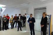 Prednosta úradu Samir Moumani po boku ministerky vnútra Denisy Sakovej.