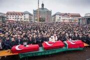 Smútiaci dav sa modlí za obete streľby v Hanau 24. februára 2020.