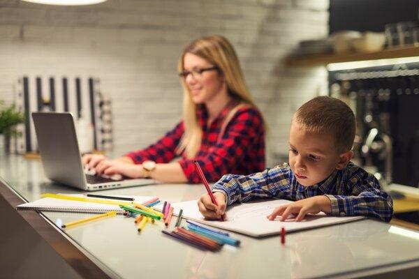 Matky s malými deťmi ocenia možnosť pracovať z domu, ak to ich pracovná pozícia umožňuje.