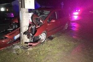 Auto narazilo do stĺpa, žena zomrela v nemocnici.