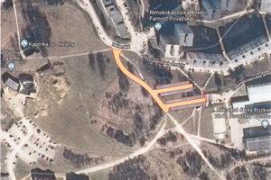 Plochy označené žltou farbou boli vyčlenené na stavbu parkoviska pri škole na Rozkvete.