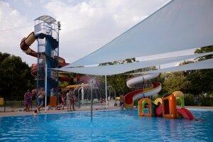 Detský bazén vlani prekryli plachtami.