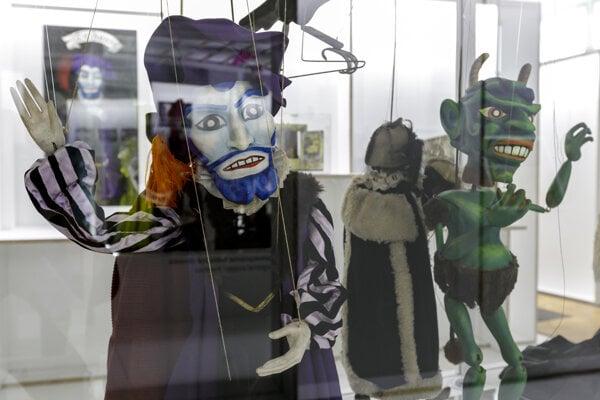Snímka z vernisáže rozsiahlej reprezentatívnej výstavy s názvom Divadelné storočie: stopy a postoje, ktorú pripravil Divadelný ústav v spolupráci so Slovenským národným múzeom v priestoroch Historického múzea na druhom poschodí Bratislavského hradu.
