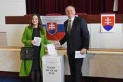 Andrej Kiska s manželkou vo volebnej miestnosti.