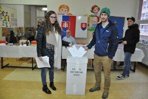 K volebným urnám prišlo veľa mladých ľudí.