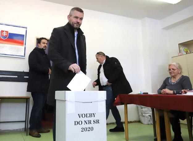 Voľby 2020: Peter Pellegrini vhadzuje obálku z hlasovacím lístkom do volebnej urny.